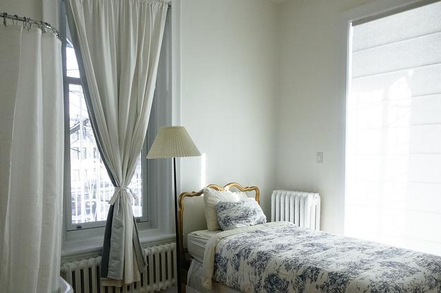 postel mezi okny