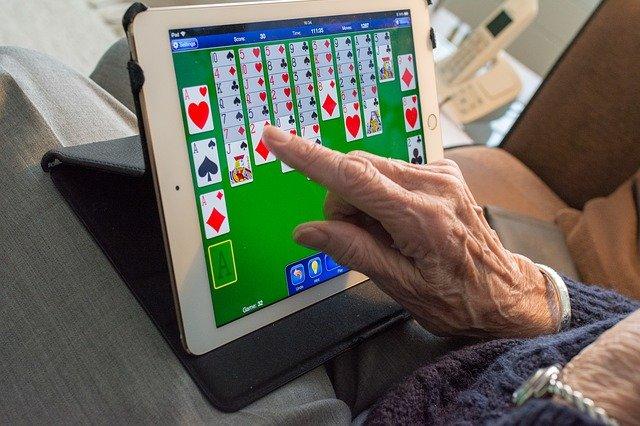 senior hraje karty