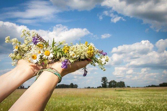 věnec z lučních květin