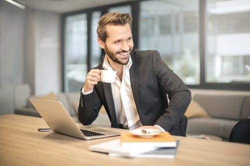 podnikatel s notebookem